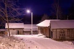 与老农厂房子的冬天夜 免版税库存图片