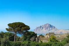 与老别墅,杉树,蓝色se的农村mediterrenian风景 图库摄影