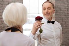 与老化妇女的英俊的年迈的人跳舞在舞厅 库存照片