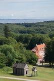 与老北欧海盗梯级教会,奥尔胡斯,丹麦的Moesgaard豪宅 免版税库存图片