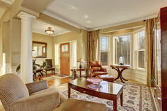 与老古家具,皮革扶手椅子,软的扶手椅子的休息区 库存图片