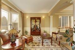 与老古家具,皮革扶手椅子,软的扶手椅子的休息区 库存照片