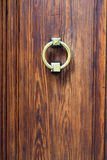与老古铜色把柄关闭的黑暗的木门 库存图片