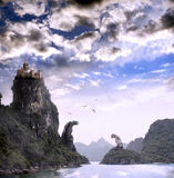 与老城堡的美好的幻想风景 免版税库存照片