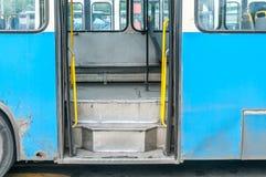与老城市公共交通工具公共汽车台阶的进口  免版税库存图片
