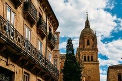 与老大教堂-萨拉曼卡,卡斯蒂利亚y利昂,西班牙的19世纪建筑门面-联合国科教文组织世界遗产名录站点 库存照片