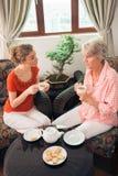 与老婆婆的茶 免版税库存图片