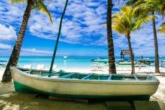 与老小船的热带海滩风景 毛里求斯海岛 免版税库存图片