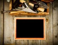 与老工具(飞机,锤子,剪刀的框架和 免版税库存照片