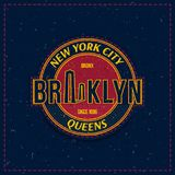 与老式纹理的葡萄酒减速火箭的象征作为衣裳的一个补丁 纽约和布鲁克林大桥 免版税库存图片