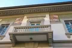 与老式设计房子壁画的门面在维亚雷焦,意大利 免版税库存图片
