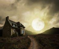 与老房子的万圣夜背景 免版税库存图片