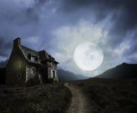 与老房子的万圣夜背景 免版税图库摄影