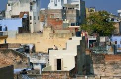 与老房子的城市风景在不同的水平上 免版税库存照片