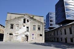 与老房子的现代大厦Tallin的 库存图片