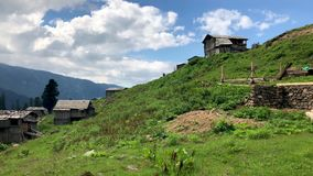 与老房子的Gorgit高地和在山之间的绿色valleyt在夏天,阿尔特温,土耳其 股票录像