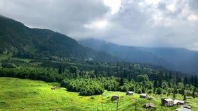 与老房子的Gorgit高地和绿色山谷在黑海地区,阿尔特温,土耳其 影视素材