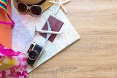 与老手提箱、照相机葡萄酒和时尚妇女泳装的飞行的夏天移动的护照比基尼泳装,鱼担任主角,太阳镜,帽子 库存图片