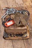 与老挂锁的一个新的发光的链子一定的旧书 在一张木桌上的禁止的老工作艺术家 库存图片