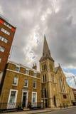 与老教会的街道视图在Southwark,伦敦,英国 图库摄影