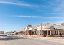 与老旅馆大厦和车的街道场面在Griekwastad 图库摄影