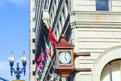 与老时钟的门面 免版税库存照片