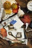 与老明信片和鞋带的葡萄酒样式平的被放置的照片 免版税库存照片