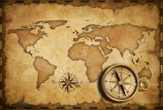 与老映射的黄铜古色古香的船舶指南针 免版税库存照片
