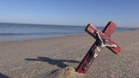 与老木发怒耶稣受难象的空的海洋海滩在沙子 影视素材