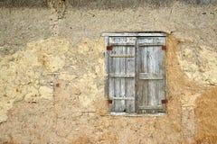 与老木快门和传统黏土墙壁的减速火箭的窗口 免版税图库摄影