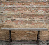 与老木椅子的老红砖墙壁纹理 图库摄影