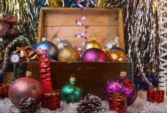 与老木箱的圣诞节背景 库存图片
