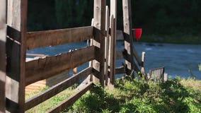 与老木篱芭的美好的农村风景,在天际的山景和蓝色多云天空 自然夏天背景 影视素材