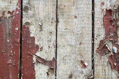 与老油漆小块片断遗骸的老木背景在木头的 免版税库存照片