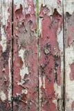 与老油漆小块片断遗骸的老木背景在木头的 库存图片