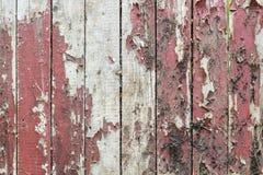 与老油漆小块片断遗骸的老木背景在木头的 免版税库存图片