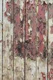 与老油漆小块片断遗骸的老木背景在木头的 免版税图库摄影