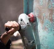 与老油漆的研的生锈的金属 免版税图库摄影