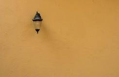 与老灯的布朗未加工的混凝土墙纹理 免版税图库摄影