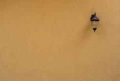 与老灯的布朗未加工的混凝土墙纹理 免版税库存照片