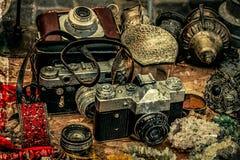 与老照片照相机和不同的古董的老明信片 免版税库存照片