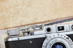 与老照片的古典照相机在难看的东西纸背景 免版税库存图片