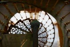 与老生锈的扶手栏杆的美丽的螺旋形楼梯 免版税库存照片