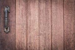 与老生锈的金属门把手的木纹理或木头背景室内设计事务的 外部装饰设计 免版税库存图片