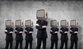 与老电视的商人而不是头 免版税库存照片