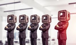 与老电视的商人而不是头 免版税库存图片