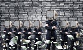 与老电视的商人而不是头 免版税图库摄影
