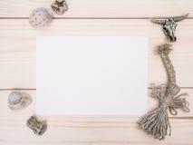 与老白纸板料的葡萄酒样式rustical大模型在木纹理的 免版税库存图片
