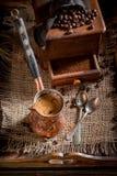 与老研磨机和罐的新近地被碾碎的咖啡煮沸了咖啡 免版税库存照片