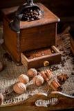 与老研磨机和罐的热的咖啡煮沸了咖啡 免版税库存图片